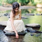 Девушка у водоема