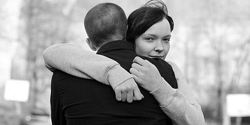 обниматься с парнем