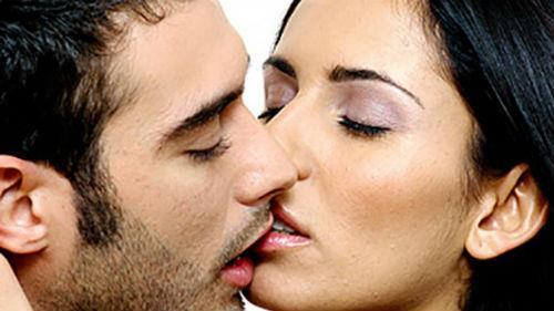 мужчина целует в губы во сне