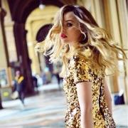 Девушка в золотом платье