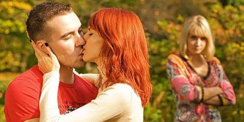 муж целует другую