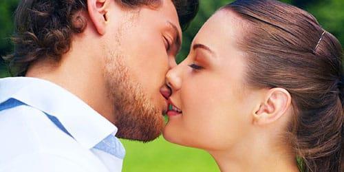 целовать девушку в губы