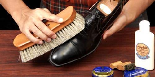 чистить туфли от грязи