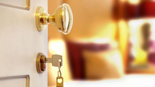открытая дверь в квартиру