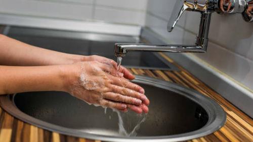 мыть руки под краном
