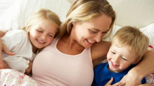 целовать и обнимать маленьких детей