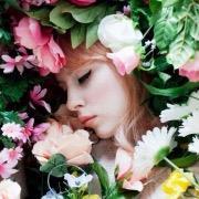 Девушка спит в цветах