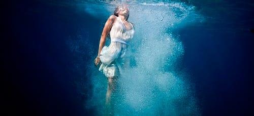 к чему снится плыть под водой