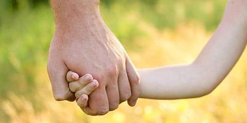 держать за руку ребенка