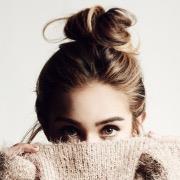 Девушка с пучком на голове