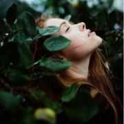 Девушка в листьях