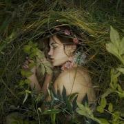 Девушка среди травы