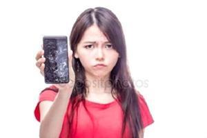 Подруга протягивает сломанный телефон