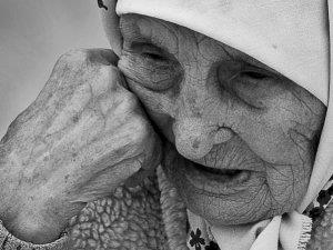 Плачущая бабушка во сне - признак тяжелых времен наяву