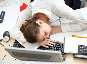 Спящая девушка за компьютером