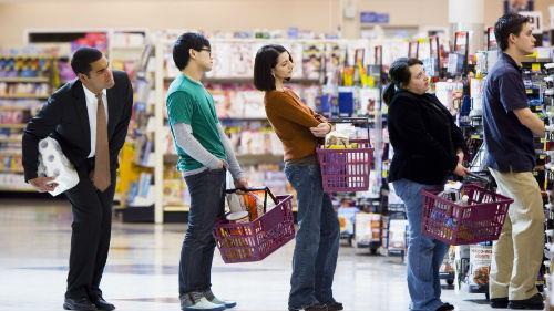 стоять в очереди в супермаркете