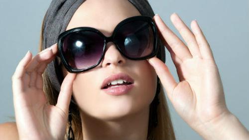 примерять солнцезащитные очки