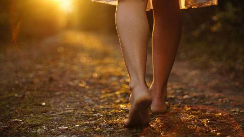 к чему снится ходить босиком по улице
