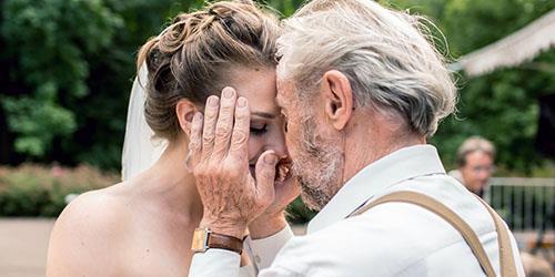 целует отец во сне