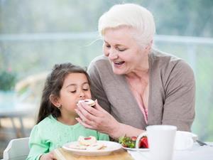 Бабушка кормит
