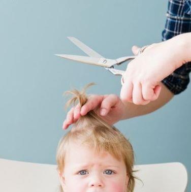 Мужчина подстригает ребенка