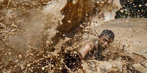 плескаться в грязной воде