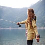Девушка ловит рыбу