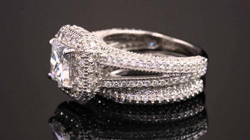 Видеть на своей руке красивое золотое кольцо для женщины – это к удачному замужеству и рождению наследников.