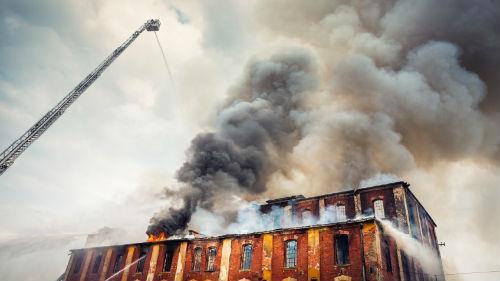 много дыма из окон здания