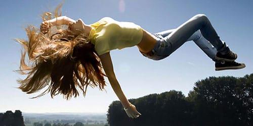 девушка падает