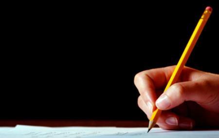 карандаш в руке на черном фоне