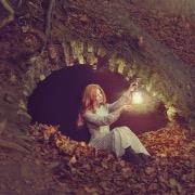 Девушка у пещеры