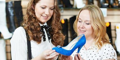 примерять обувь в магазине