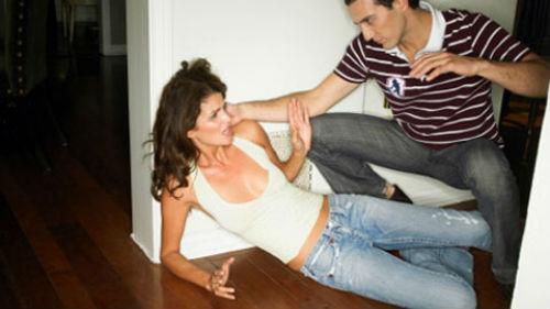 бить жену