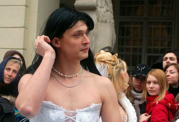 мужчина в свадебном платье