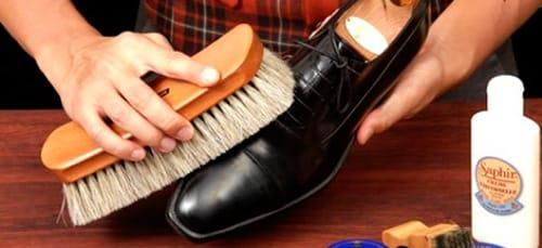 чистить ботинки