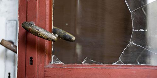 разбить стекло
