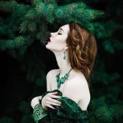 В зеленом