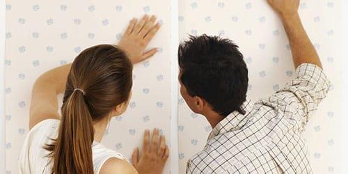 оклеить стены обоями