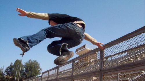 прыгать через забор