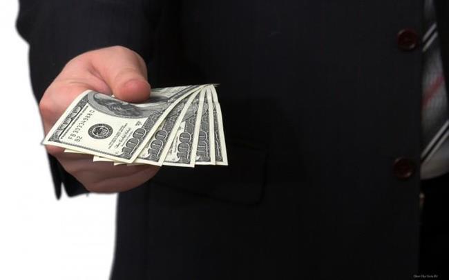 Протягивает деньги