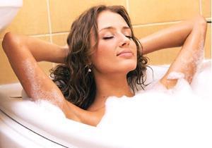Принятие ванны с душистой пеной