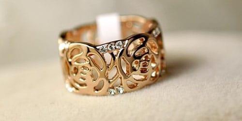 дарят золотое обручальное кольцо