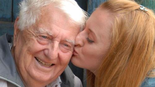 целовать пожилого во сне