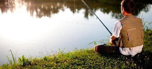 Парень рыбачит в жаркий день
