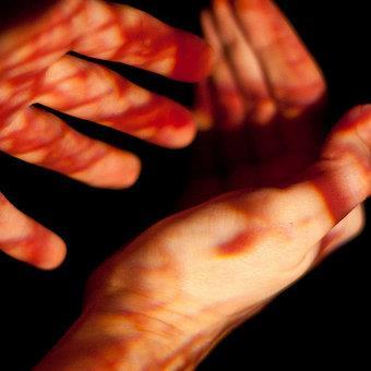 В подобного рода снах кровь часто выпивают, ею рисуют или пишут.