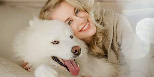 обнимать белого пса