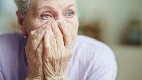 плачущая бабушка