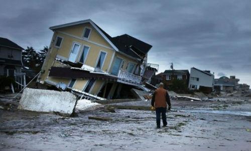 Крыша - крыша защищает от всех стихий, метафорически она - щит от того, что может пролить на нас жизнь.