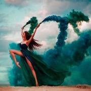 Девушка с дымовыми бомбами